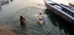 ガンジス川にダイブ