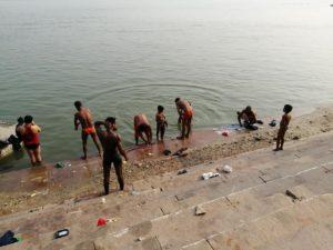 インドで体を洗う青年