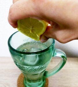 樽ハイ倶楽部のプレーンサワーにレモンを投入